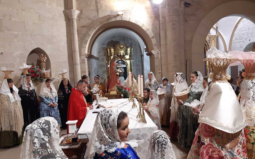 Momento de la bendición de los panes y pastas de Mazaleón. / B. Severino