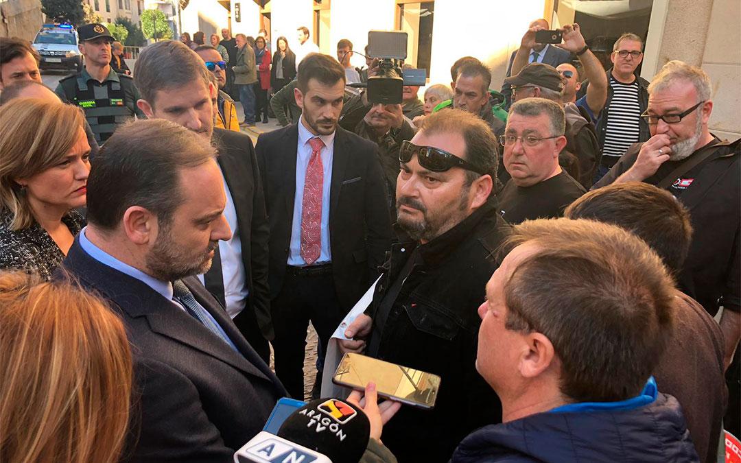 El ministro Ábalos se ha acercado a escuchar las reivindicaciones de los trabajadores de la Térmica, que le esperaban en la plaza de España de Alcañiz/ L. Castel