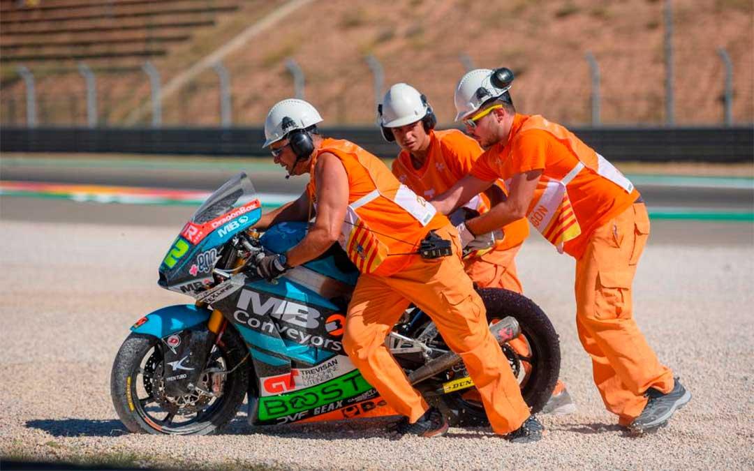 Comisarios realizando rescate en una competición de motos./ Motorland Aragón