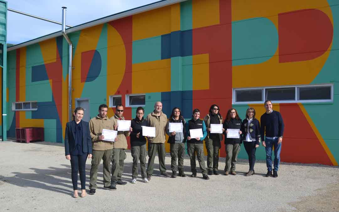 Foto de familia de los participantes en el taller de empleo, miembros de Apadrina un olivo y del Inaem