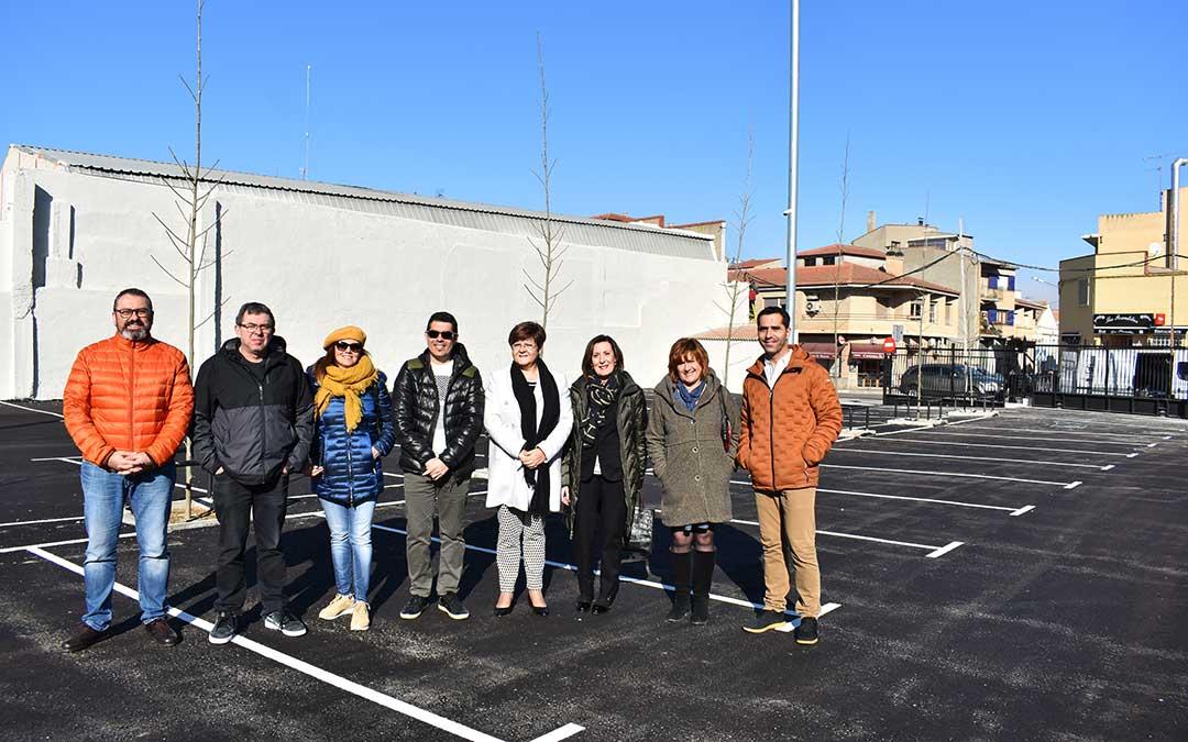 La alcaldesa de Caspe, Pilar Mustieles, junto a concejales de PSOE, CHA y Ciudadanos en el nuevo parking de la localidad.