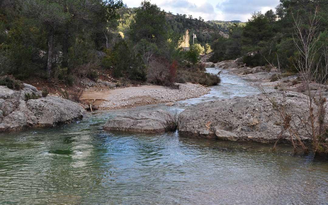 El río Pena continúa con caudales superiores a 1 metro cúbico por segundo tras una punta de 128 m3/s y la cola del embalse llega a pocos metros de la estación de aforos.