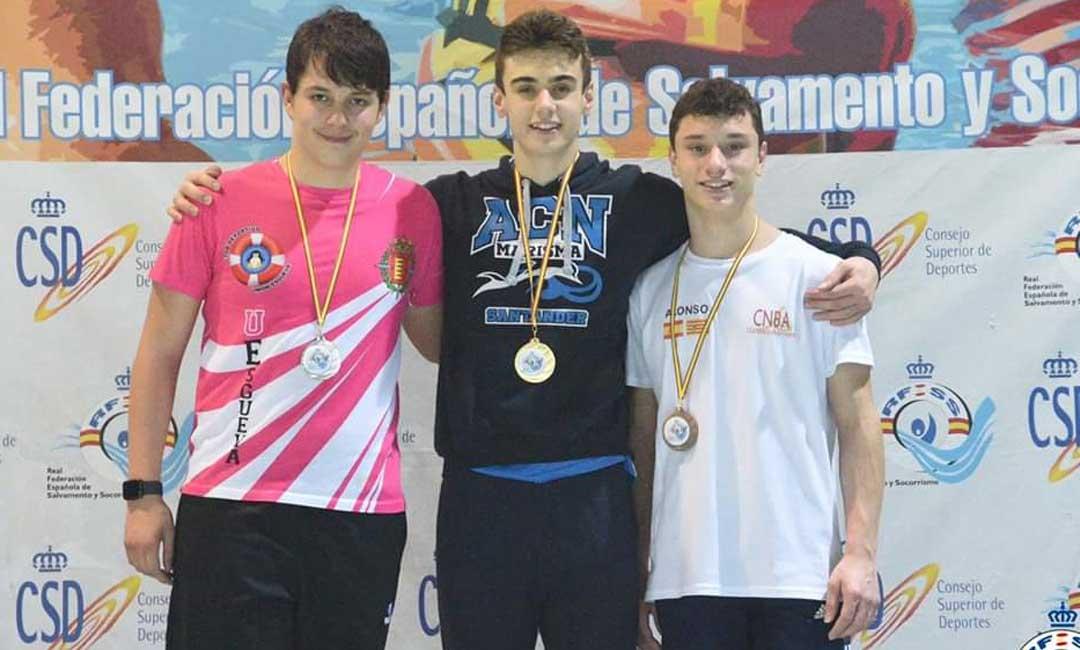 Alonso Aznar en el podio con su medalla de bronce