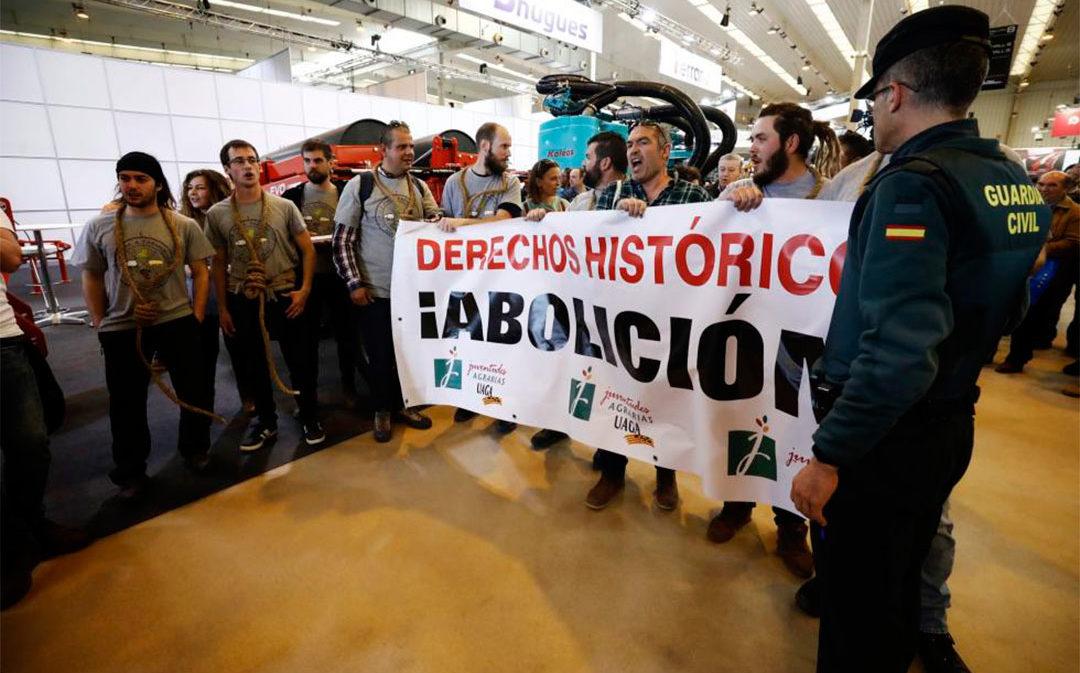 Un grupo de jóvenes agricultores recibe al ministro con una protesta en la Feria de Zaragoza