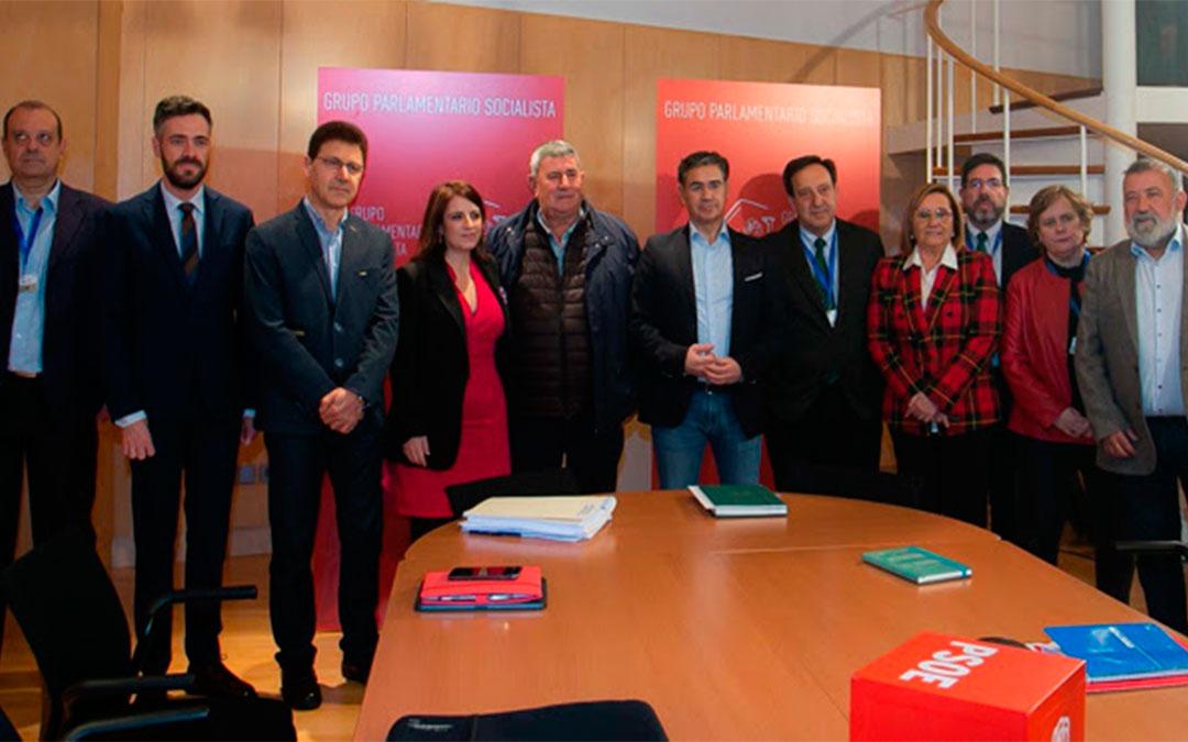 Los líderes agrarios junto a la delegación del grupo socialista este martes en Madrid./ PSOE