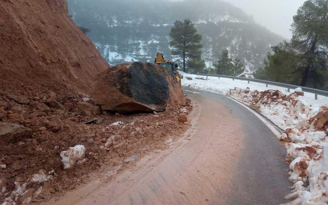 Desprendimiento de una gran roca en la carretera que conecta Ráfales con la N-232
