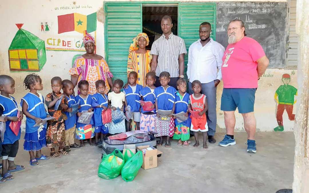 Manuel Herrero junto a profesores y niños del colegio de Gandé.