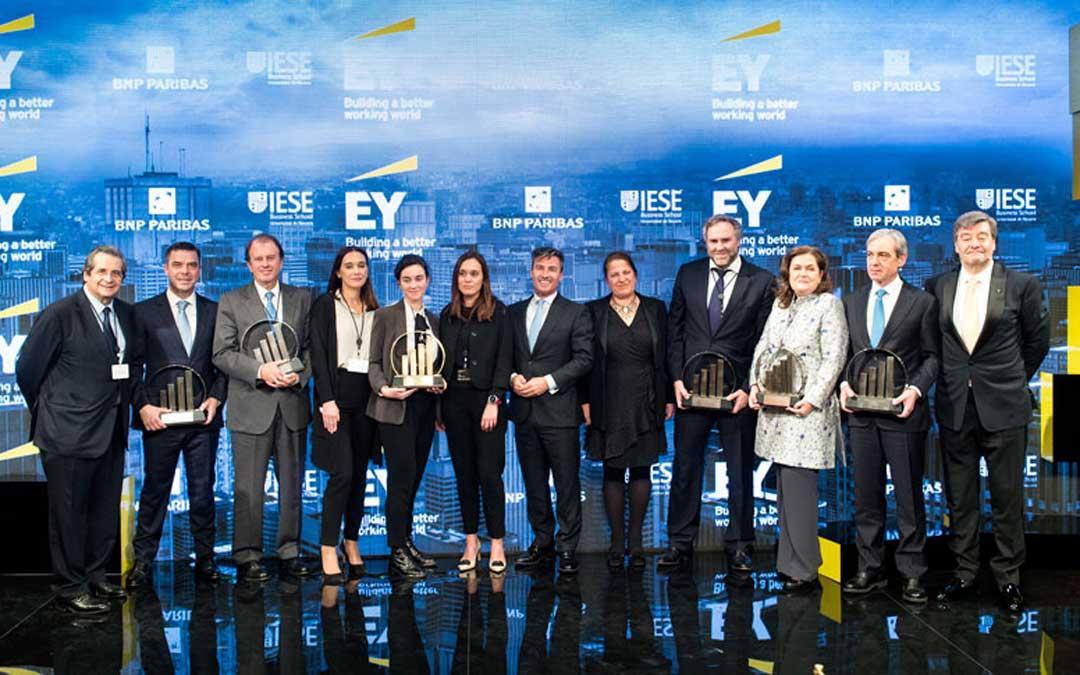 Alfonso Sesé (segundo por la derecha) junto al resto de premiados y el Presidente de EY España en el centro. / EY