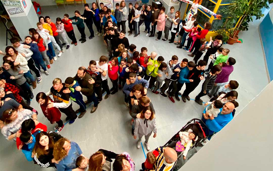 Alumnos y profesores formaron un símbolo de la paz./ Colegio Gloria Fuertes
