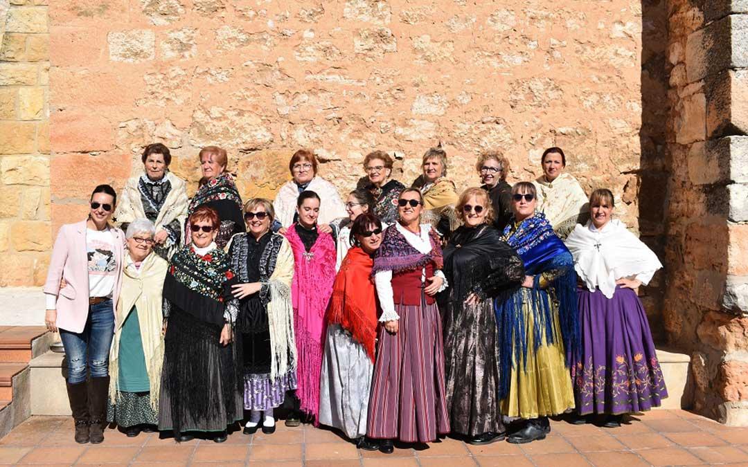 Mujeres de La Cañada de Verich al finalizar la procesión del domingo.