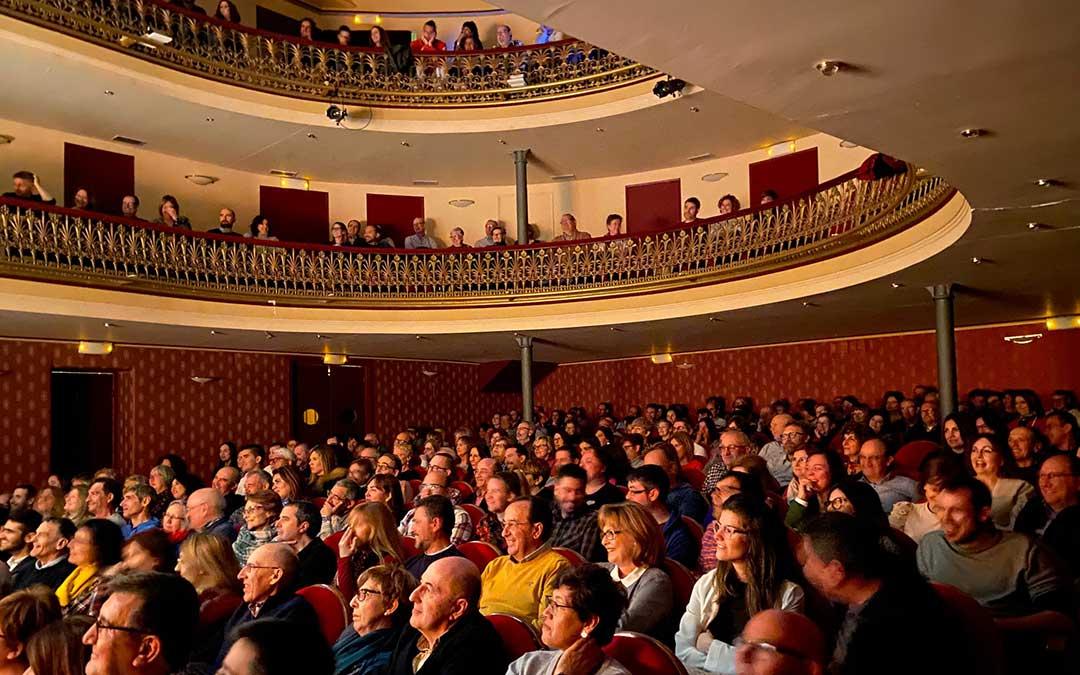El Teatro Municipal de Alcañiz sin una butaca libre durante 'Antes muerta que convicta', de Beatriz Rico./ Alicia Martín