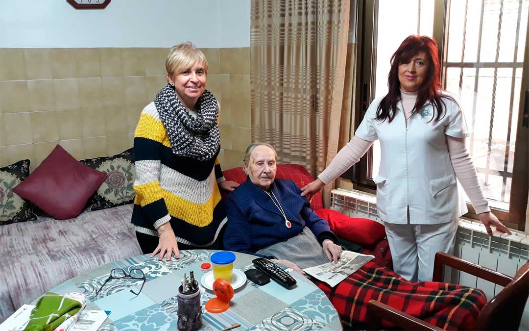 La diputada delegada de Servicios a la Tercera Edad, Rosario Pascual, con una usuaria y una auxiliar de ayuda a domicilio./ DPT