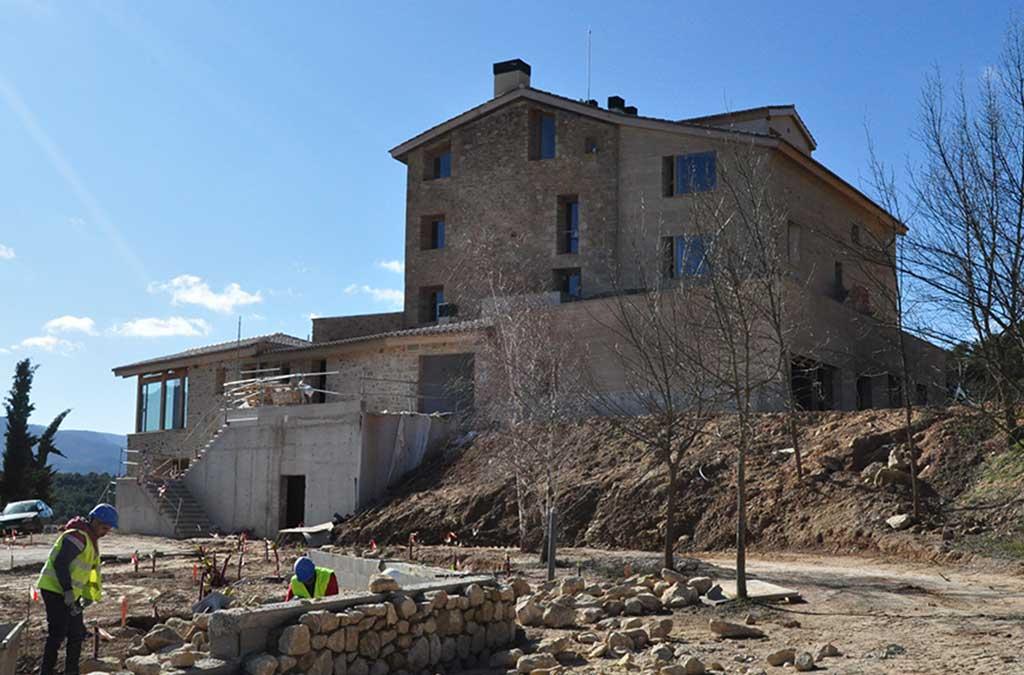 La ampliación del edificio se ha construido con tapial de paja y tierra procedente de la propia finca.