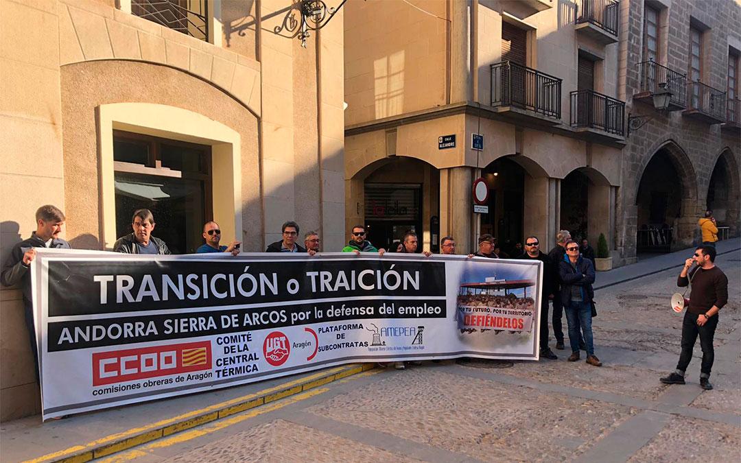 'Transición o traición' es lema de la pancarta con la que los trabajadores de la Térmica han dado la bienvenida al ministro./ L. Castel