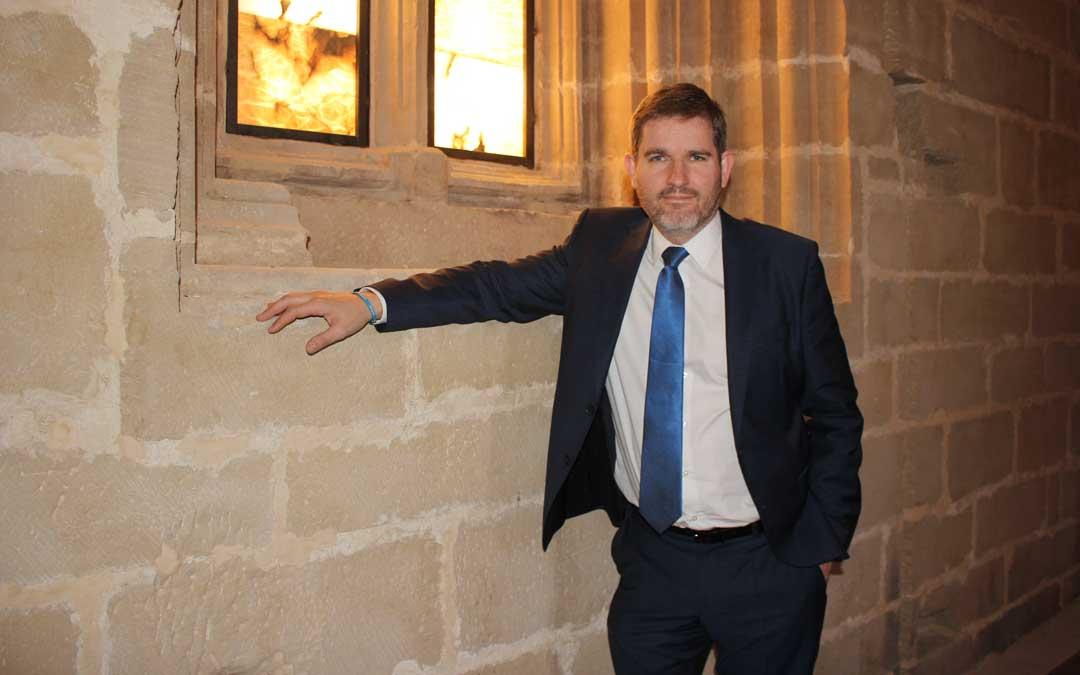 El alcalde Urquizu en un ventanal de la segunda planta de la Torre Gótica / L. Castel