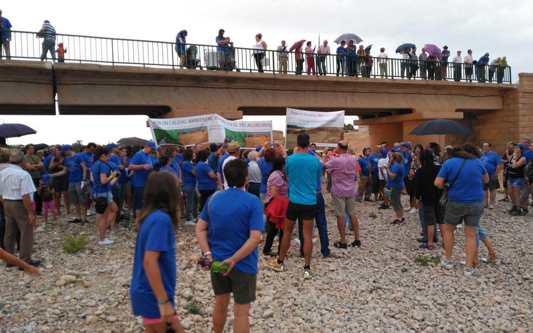 El puente de la Tejería en Vinaceite en la manifestación de 2016 con los asistentes a pie de cauce. Es la imagen más habitual del río. / B. Severino