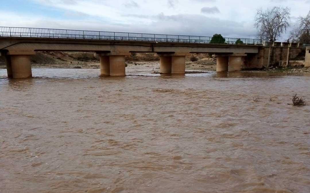 El río Aguasvivas lleno a su paso por el puente de la Tejería en Vinaceite en la última semana de enero. / Vialaz