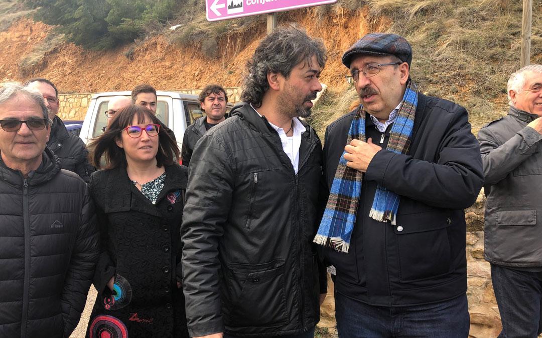 El presidente Rando charla con el alcalde de Monroyo en una visita reciente./LA COMARCA