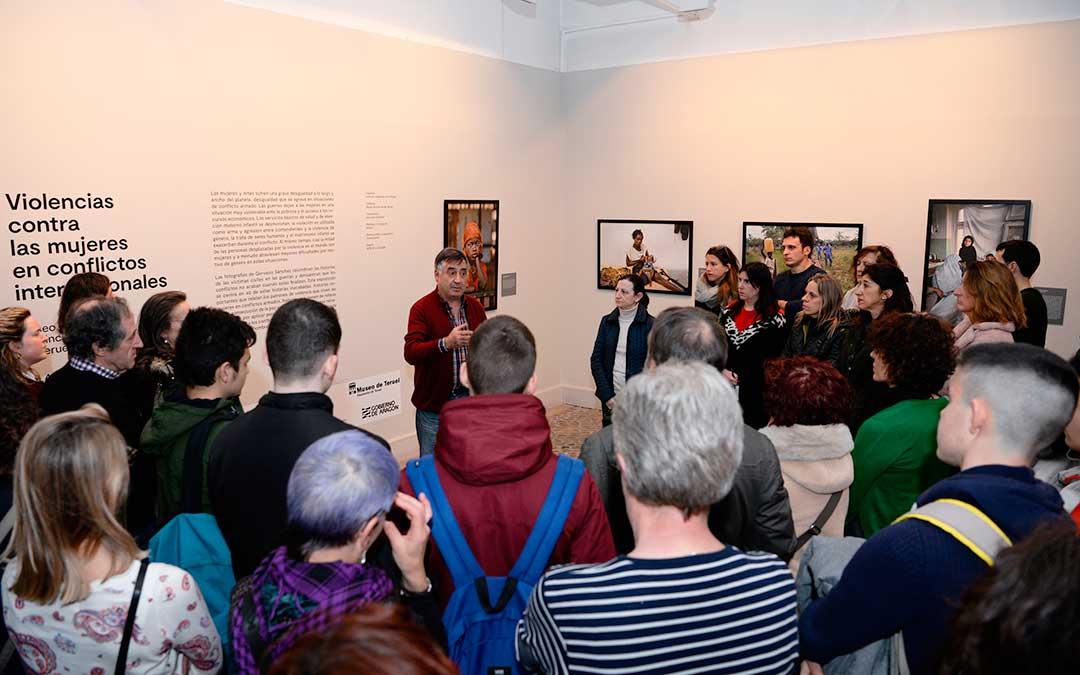 Gervasio Sánchez explicando la exposición frente a un numeroso público.