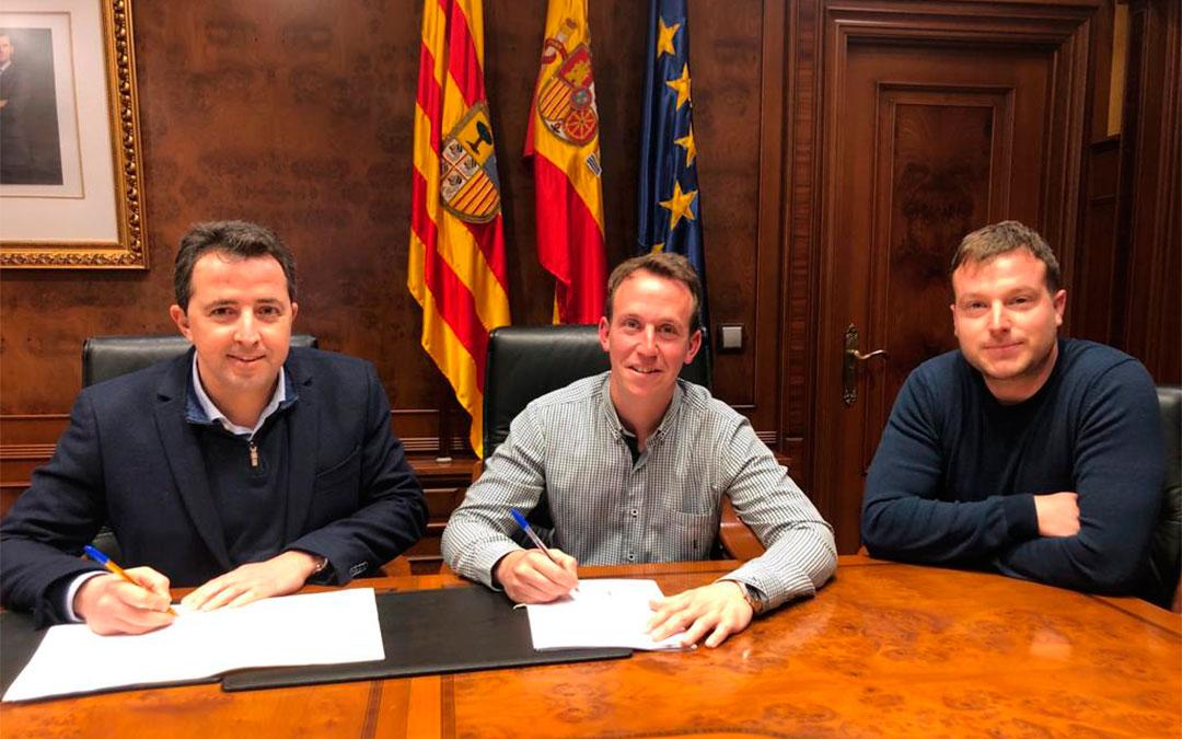 El alcalde de Calanda, Alberto Herrero, y el empresario Pablo Colomer, han firmado la prórroga de la gestión de la plaza de Toros./ Ayto. Calanda