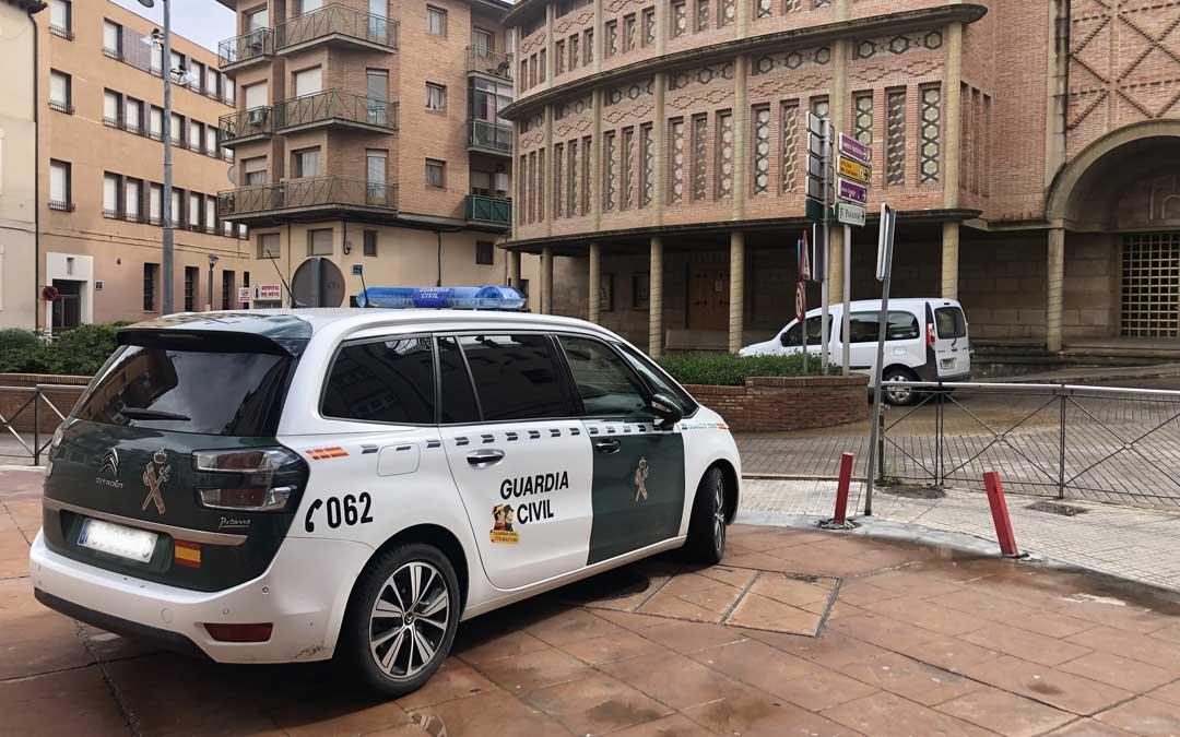 La Guardia Civil está realizando un importante despliegue por las calles para controlar el estado de alarma / L. Castel