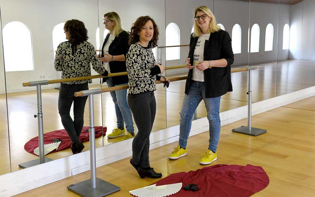 La profesora de Danza, Laura Egea, y la concejala de Educación de Alcañiz, Susana Mene, dando a conocer los detalles de la masterclass.