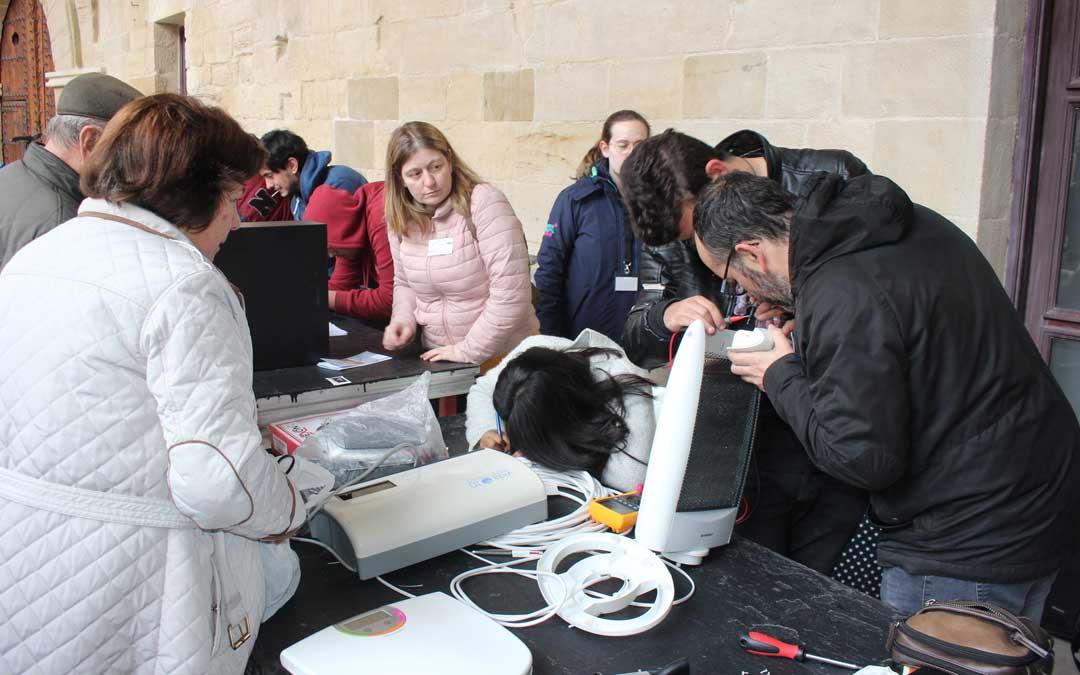 Los jóvenes del IES Bajo Aragón han participado en el Café Repair / L. Castel