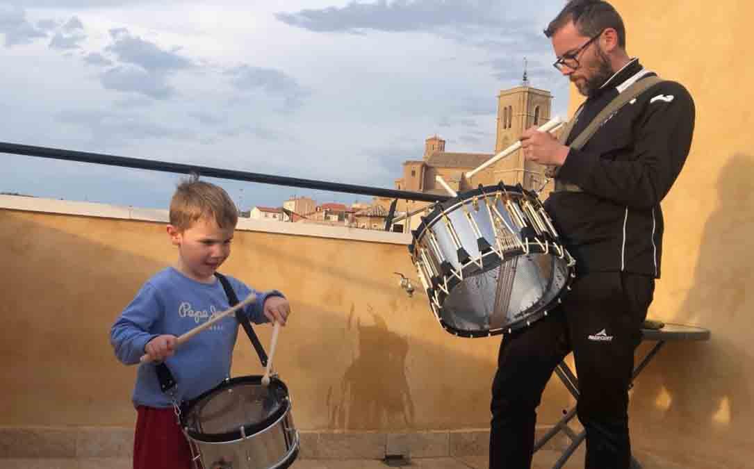 Dos alcañizanos tocando el tambor el pasado domingo en la terraza de su casa./ A.E.
