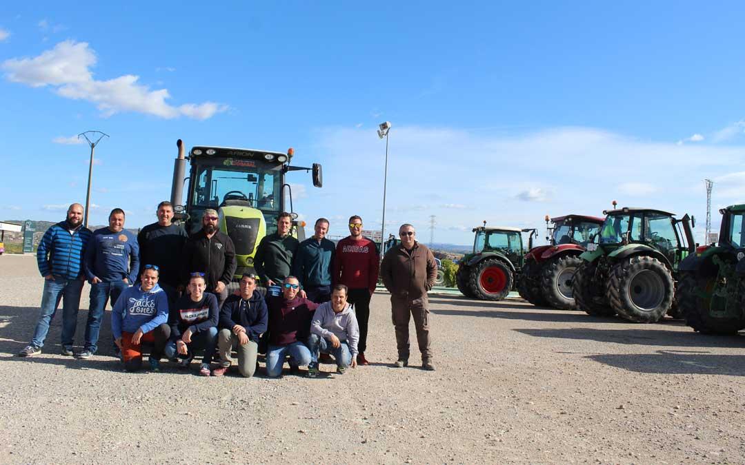 Profesionales del campo bajoaragonés, este lunes antes de salir hacia Zaragoza. / B.Severino