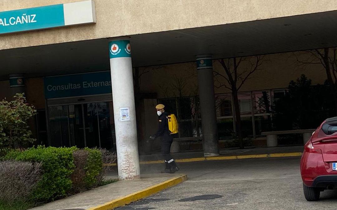 La UME desinfectando las zonas del Hospital.