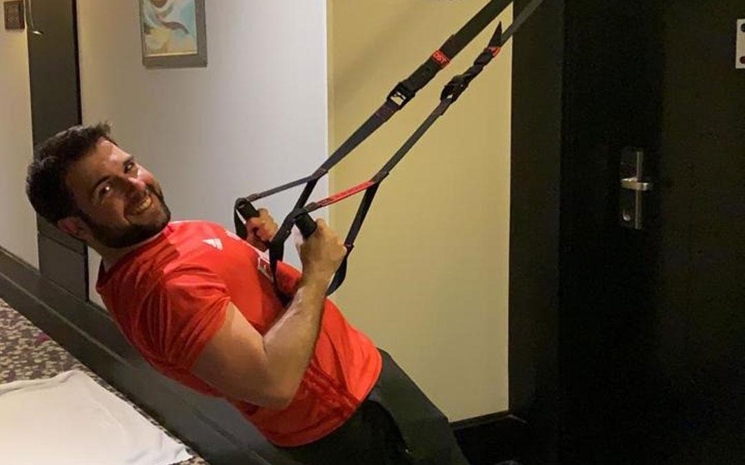 Alberto Arteaga, buscándose la vida para hacer ejercicio en el hotel en Arabia.