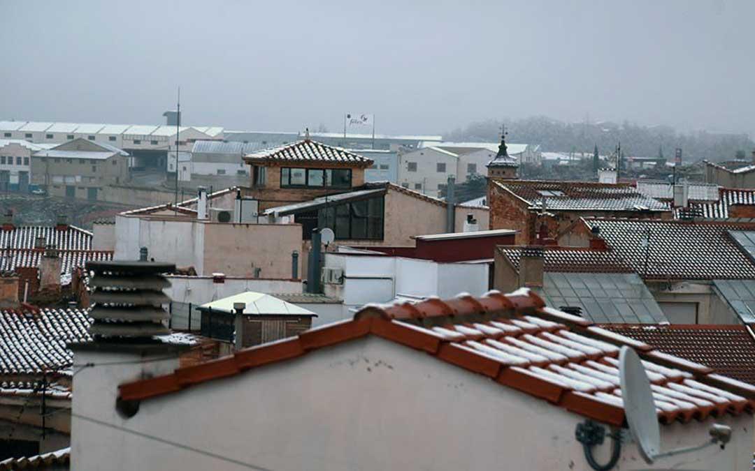 El temporal ha dejado una ligera capa de nieve en Alcorisa. Foto. Tomás Montero.