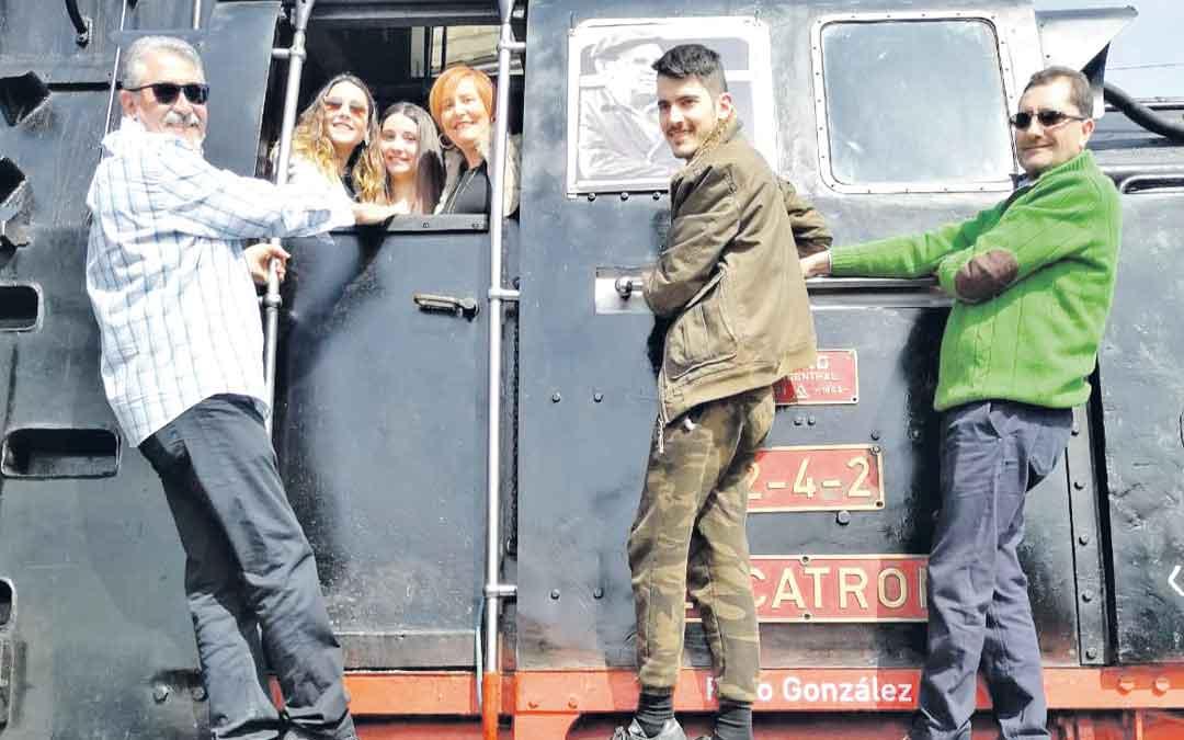 Familiares de Paco el domingo en la 'Escatrón' durante el homenaje
