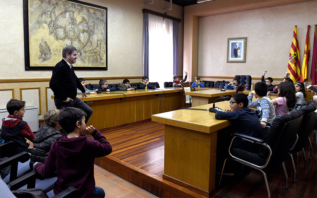 Los alumnos de 3º de Primaria del colegio Emilio Díaz de Alcañiz se reúnen con el alcalde de la ciudad, Ignacio Urquizu./ Ayto. de Alcañiz
