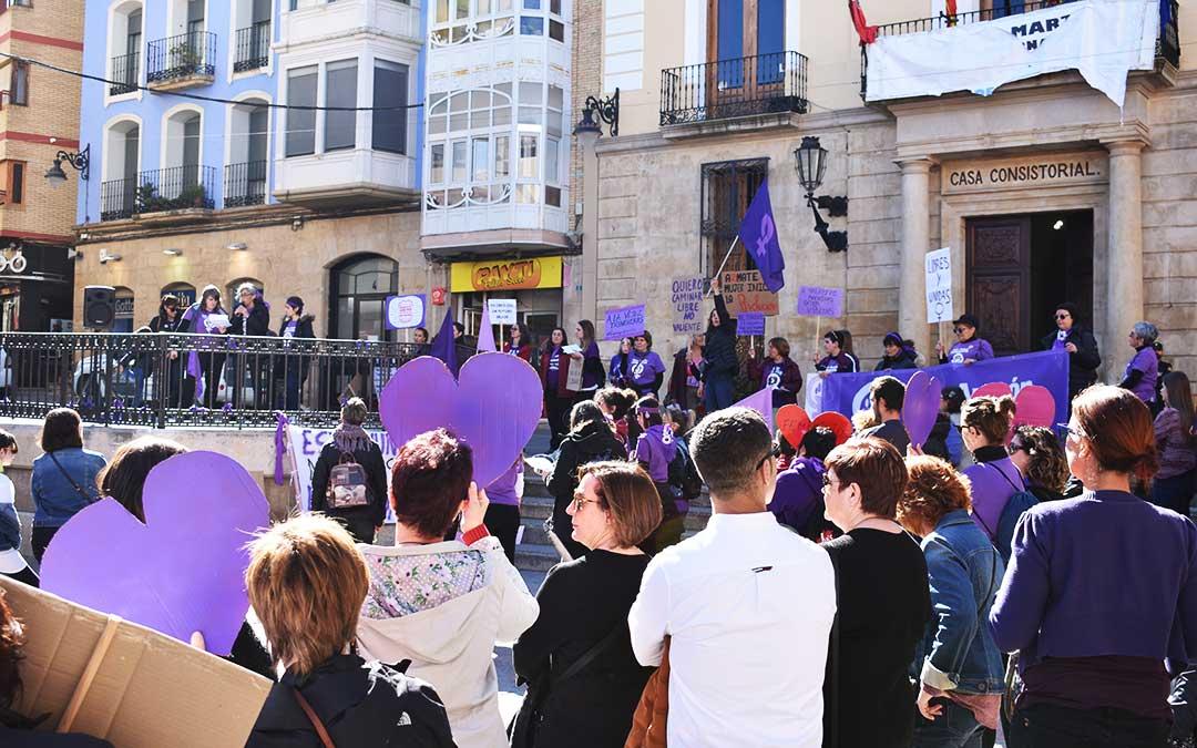 El público de la Plaza de España de Caspe, escuchando las lecturas feministas.