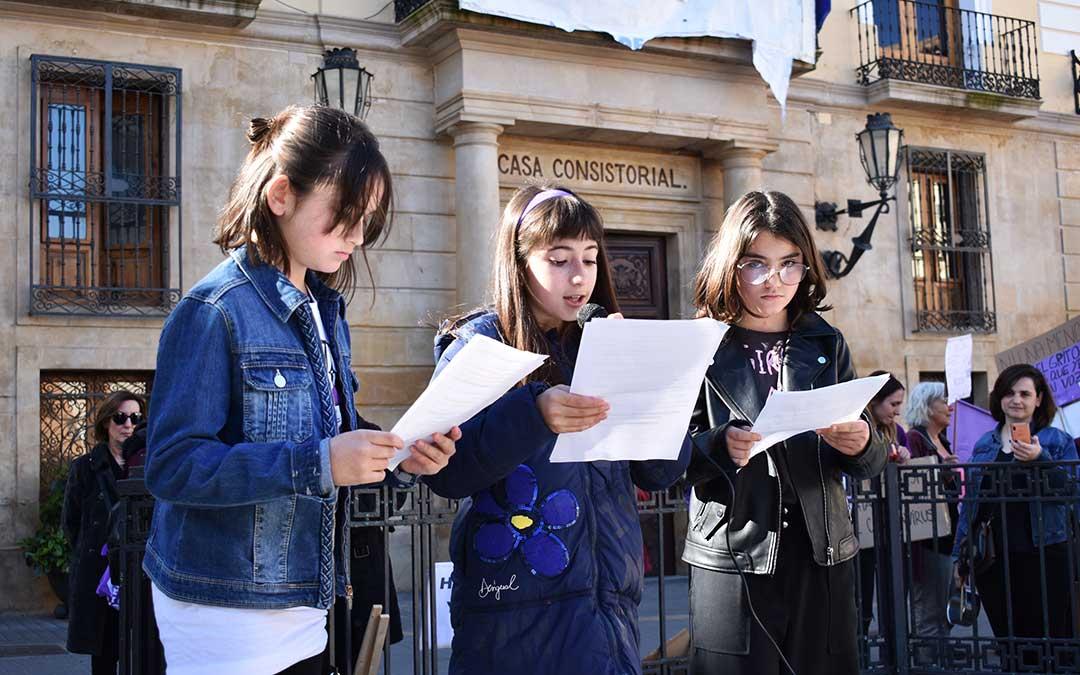Tres niñas de Caspe leyendo el manifiesto del 8M.