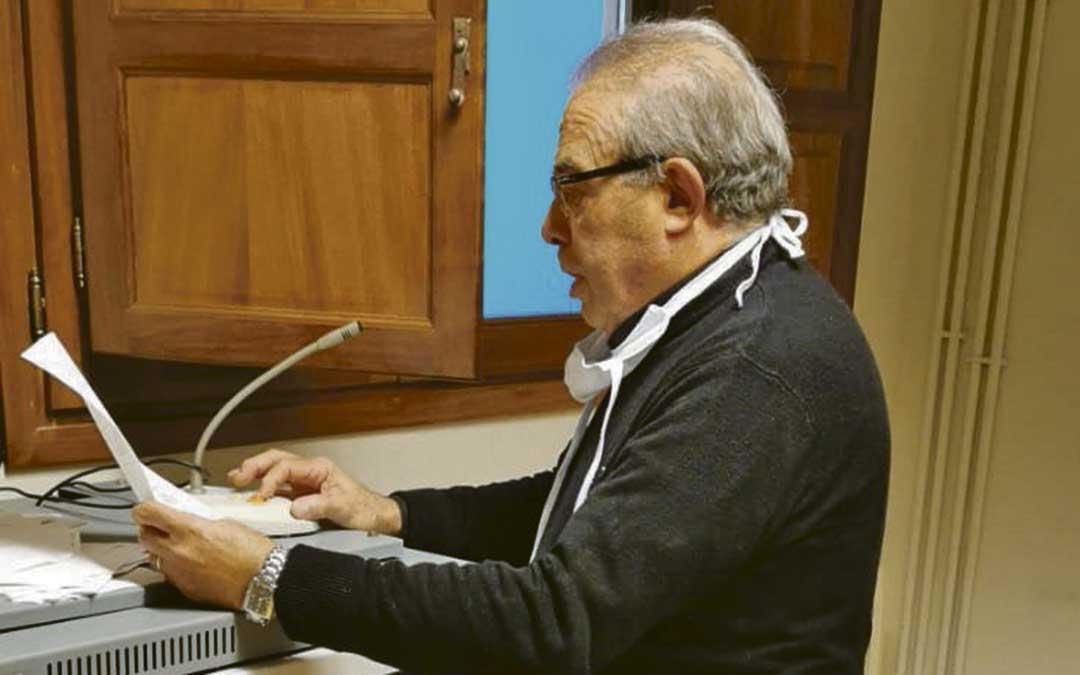 El alcalde de Alloza, Miguel Angel Aranda, felicitando este lunes el cumpleaños una vecina por el bando./ L.C.