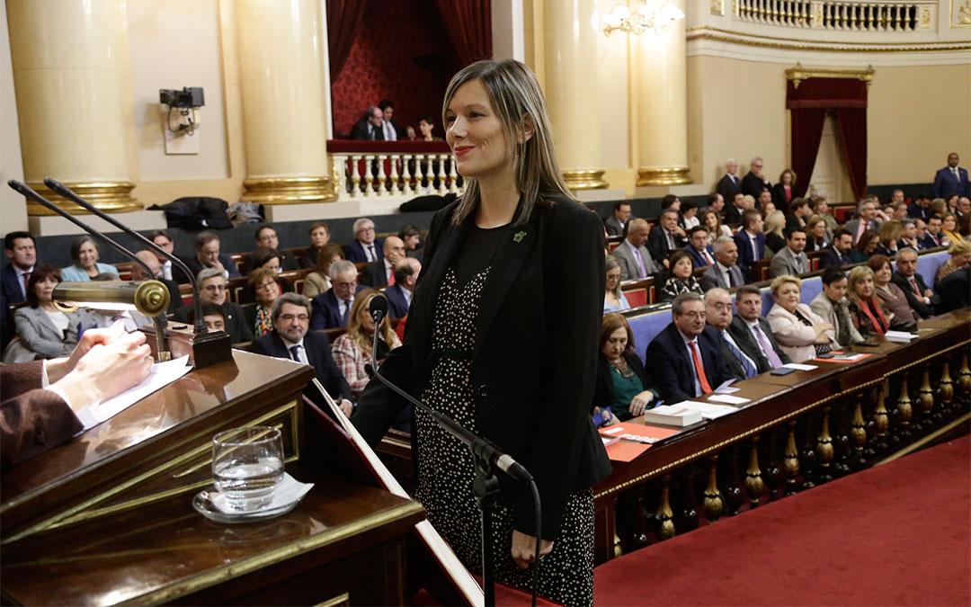 El senador de Teruel Existe, Joaquín Egea, leyó un texto elaborado por su compañera Beatriz Martín./ Teruel Existe