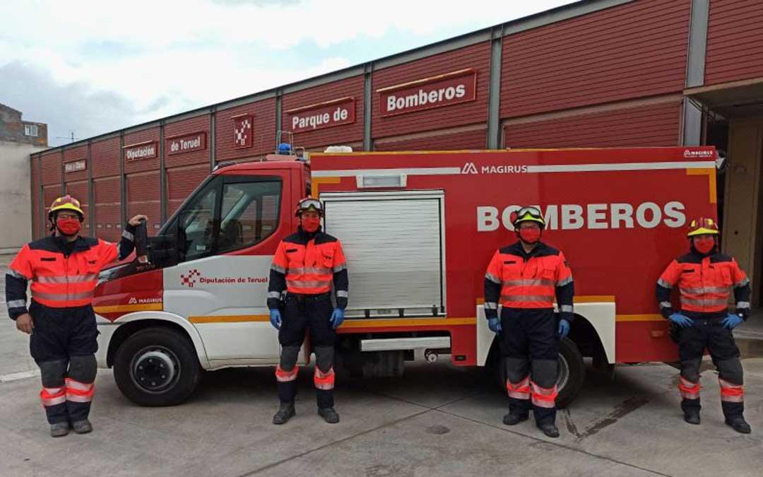 Los bomberos de Alcañiz con las mascarillas fabricadas en Valdealgofra