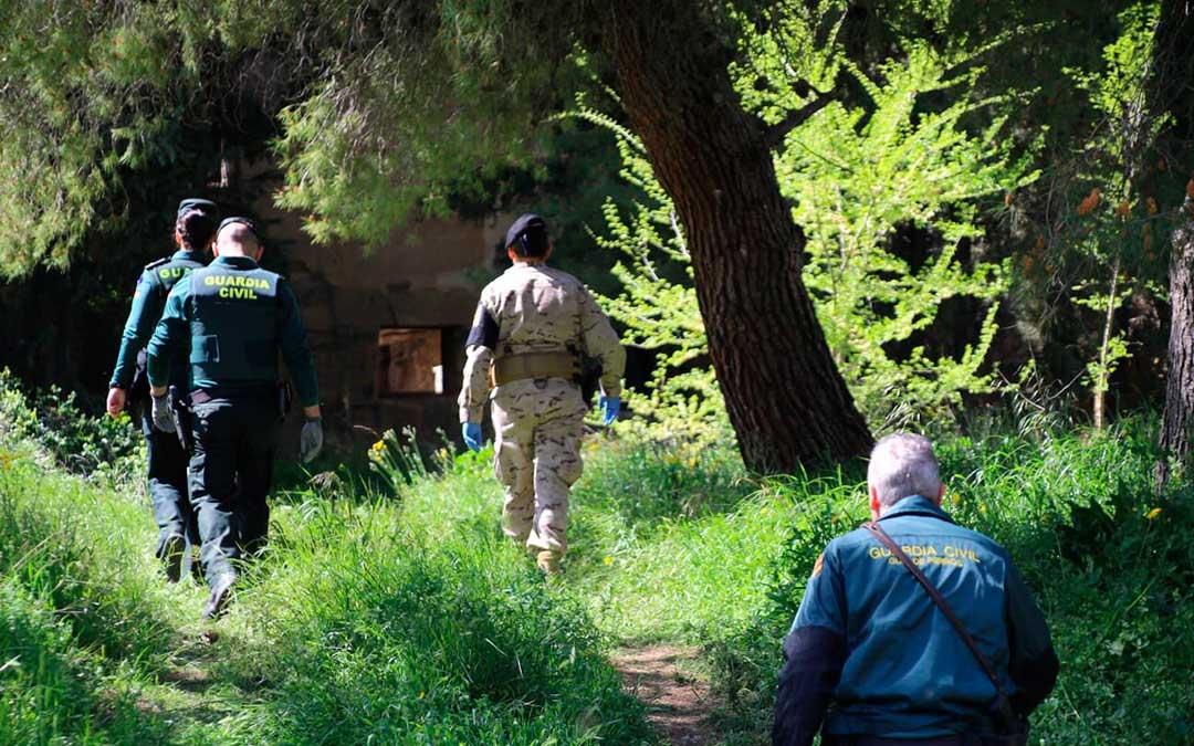 Varios agentes de Guardia Civil y del Ejército del Aire durante las labores de búsqueda del fin de semana.