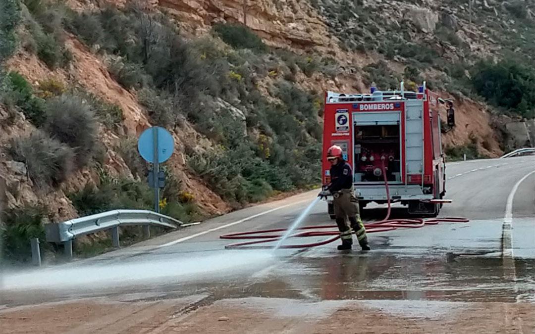 Los bomberos han limpiado la vía a partir de las once de la mañana./ L.C.