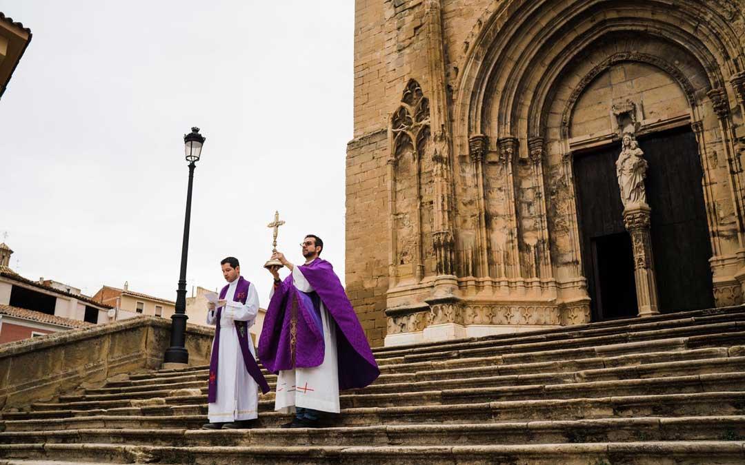 El párroco de Caspe sostiene la Veracruz mientras el párroco de Chiprana lee las rogativas. / Cesáreo Larrosa