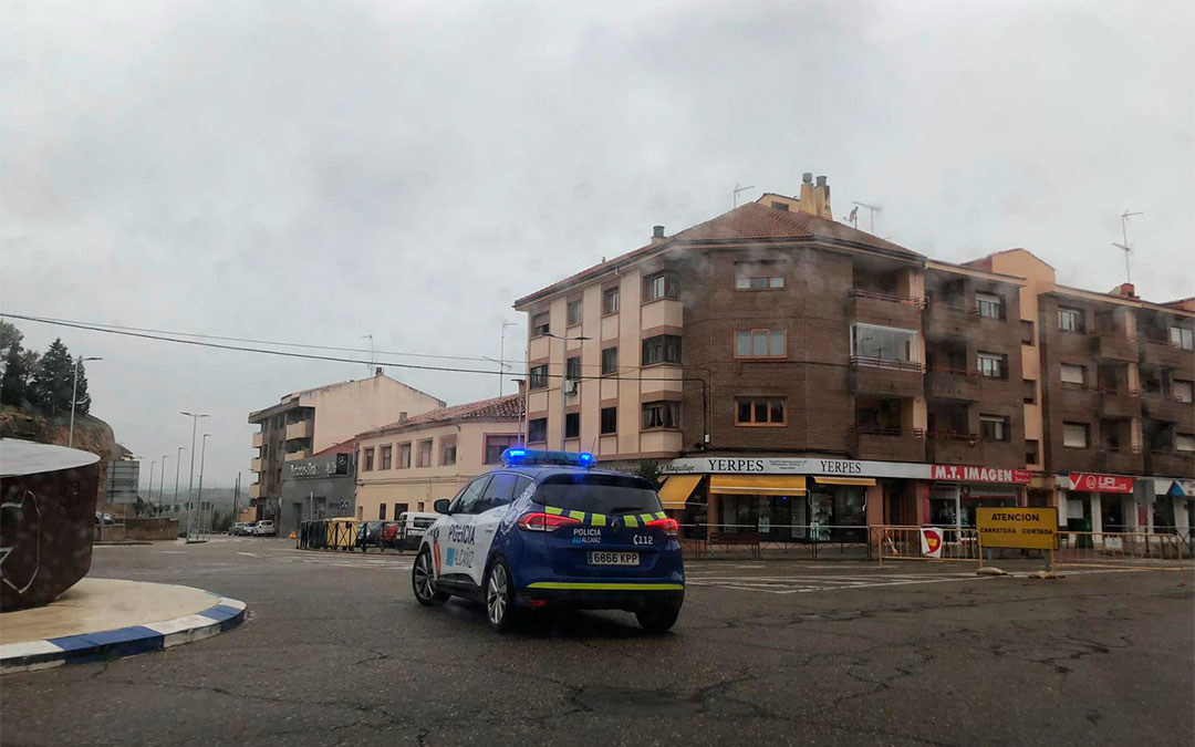 Imagen de archivo de la Policía Local de Alcañiz patrullando las calles./ Laura Castel