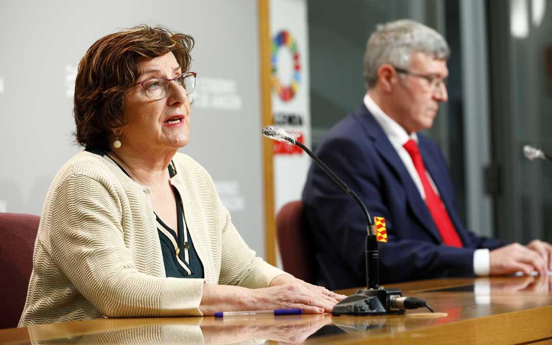 La consejera, Mª Victoria Broto; y el gerente del IASS, Joaquín Santos, en rueda de prensa. / Luis Correas (DGA)