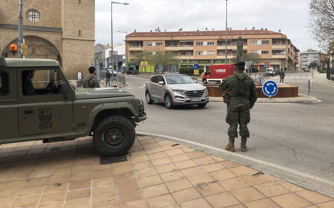 Despliegue militar en Alcañiz en el inicio del primer fin de semana desde que se decretó el estado de alarma. / L. Castel