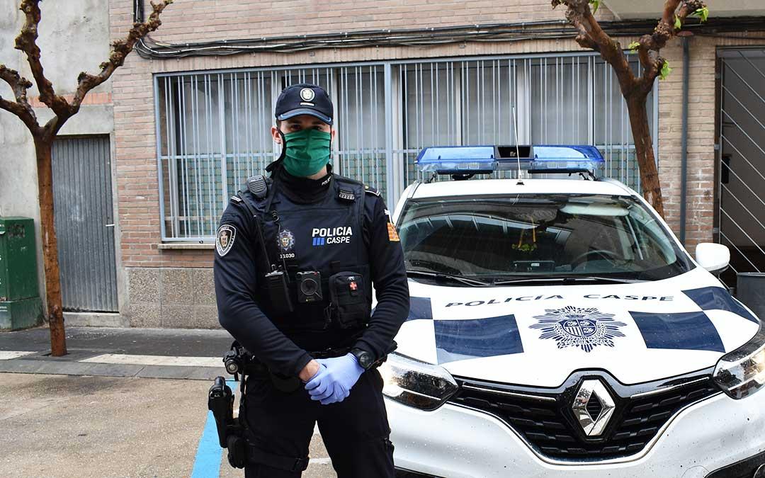 El jefe de la policía local de Caspe, ayer, con medidas de protección.