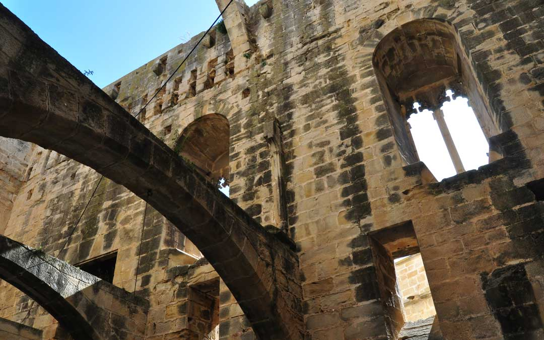 Se reconstruirán y cubrirán las dependencias del señor del castillo y las despensas.