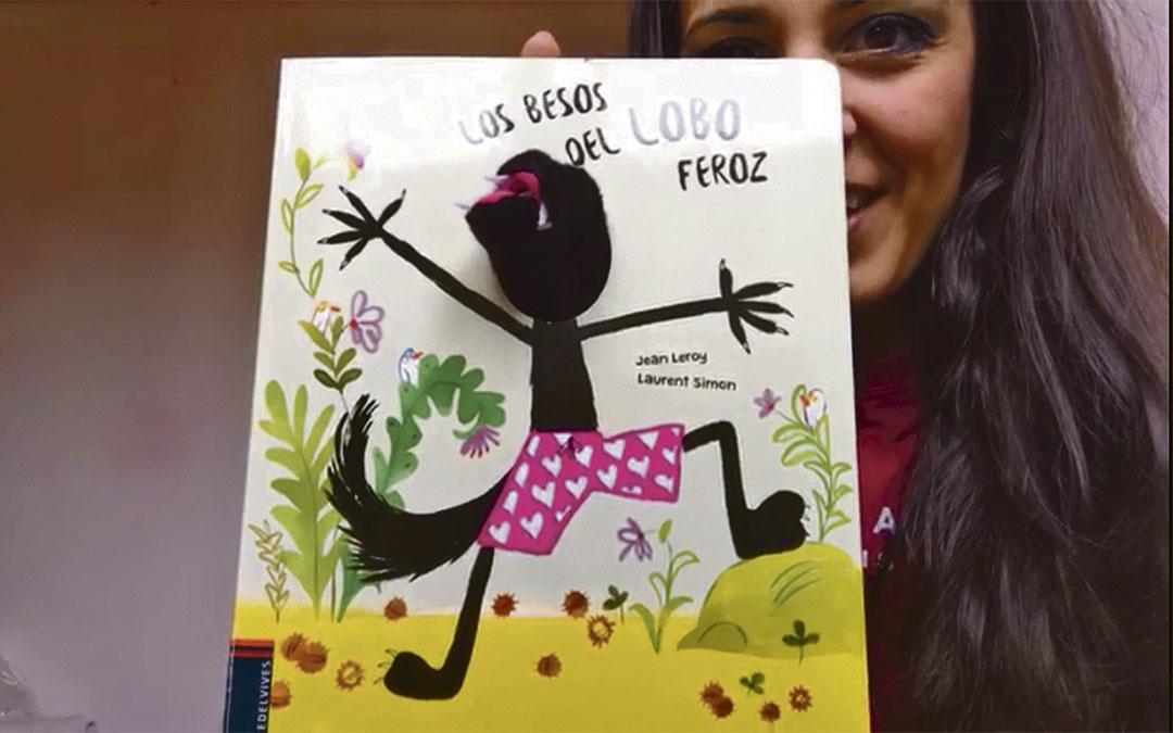Sandra Escosa, profesora de Soletes, contando a sus alumnos el cuento 'Los besos del lobo feroz' para amenizarles las tardes./ L.C.