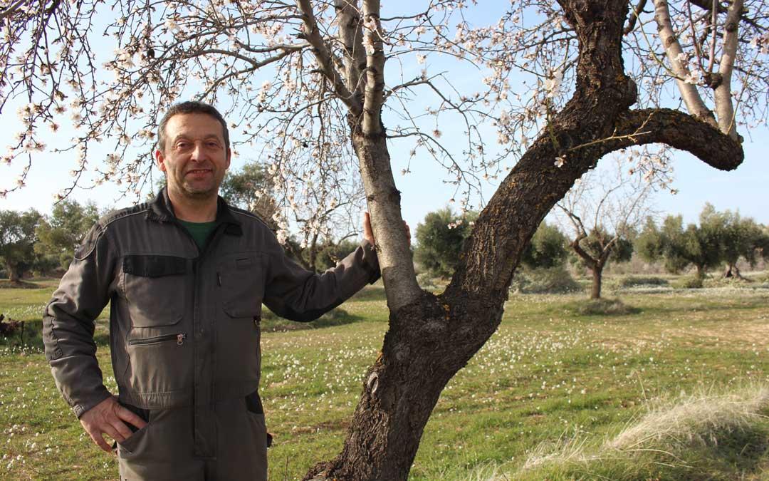 El secretario provincial de UAGA en Teruel, David Andreu, hace unas semanas en un campo de almendras de su pueblo, Valdealgorfa / Laura Castel