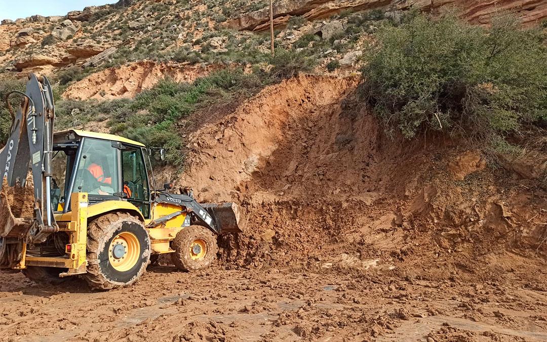Los operarios han estado más de tres horas retirando la tierra y los arbustos de la carretera./ M. Celiméndiz